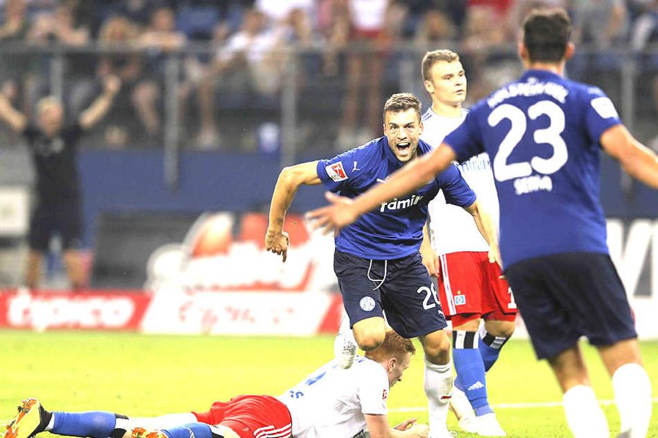 Jonas Meffert (Nummer 26) dreht jubelnd ab, nachdem er zum 1:0 getroffen hat. Der HSV konsterniert.