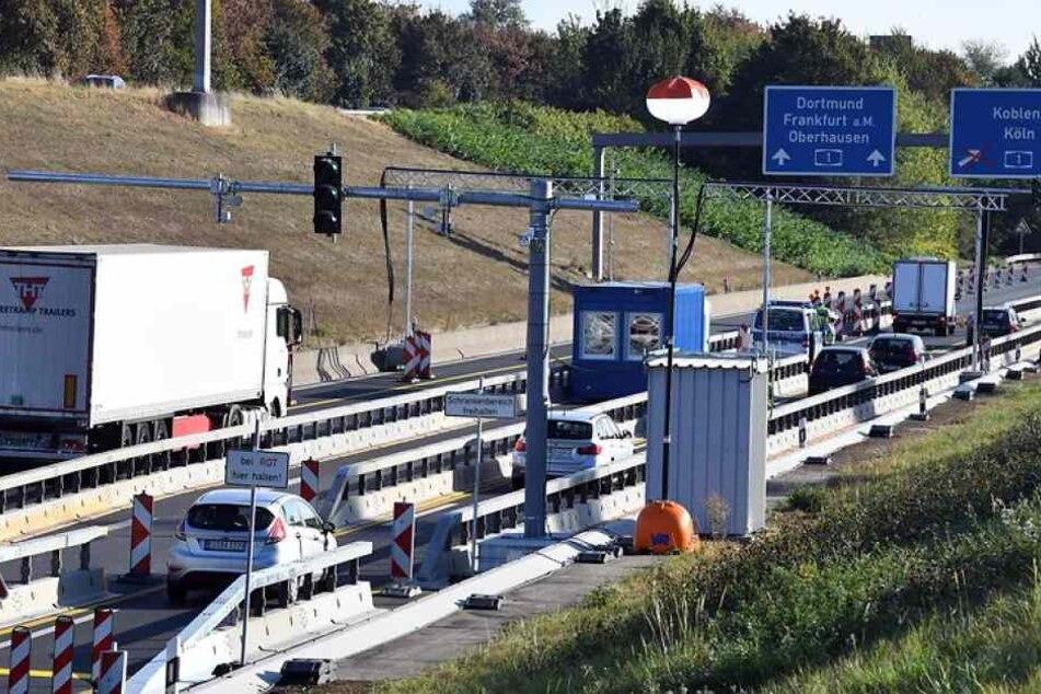 Die Sperranlage auf der A1 bei Leverkusen, wo das US-Militär mit einem Lkw-Konvoi stecken blieb (Archivbild).