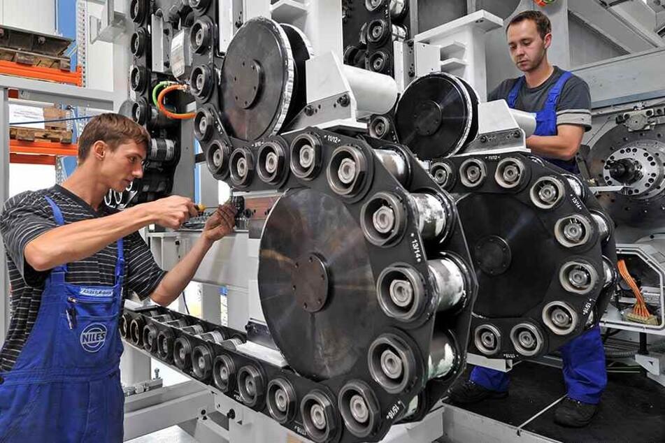 Zwei Industriemechaniker der Chemnitzer Niles-Simmons Industrieanlagen GmbH montieren ein Bearbeitungszentrum für Kurbelwellen. Neben der Industrie braucht auch das Handwerk dringend Nachwuchs.