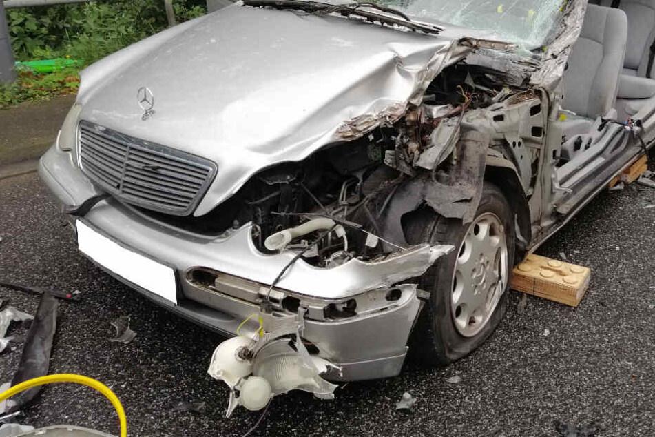 Lastwagen-Anhänger schert aus und knallt gegen Mercedes