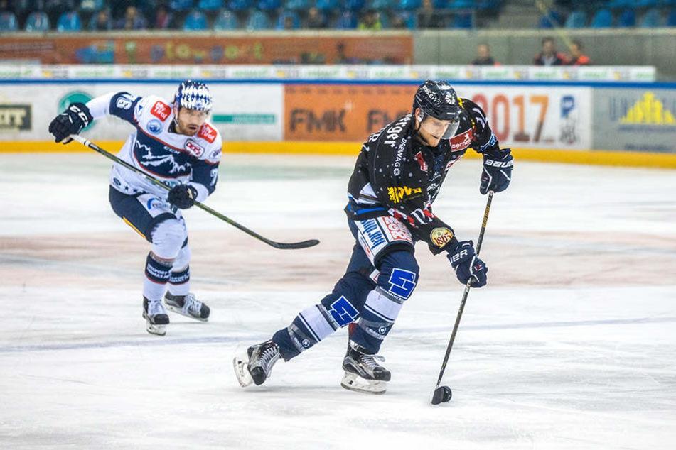 Mirko Sacher im Spiel gegen Riessersee. Im Kampf um seine Zukunft wollen die Eislöwen ein Wörtchen mitreden.