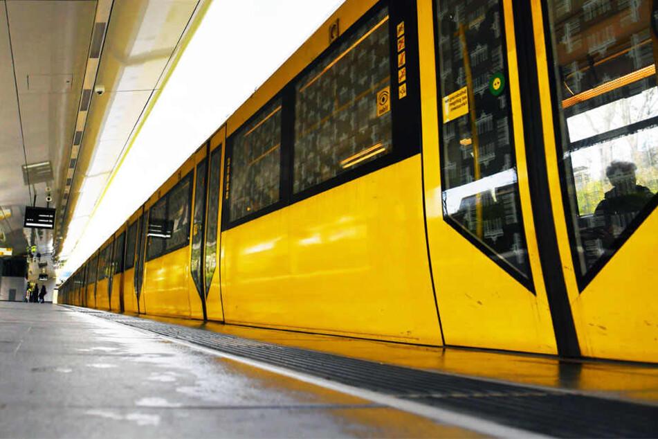 Mann schubst Frau, als die U-Bahn gerade einfährt