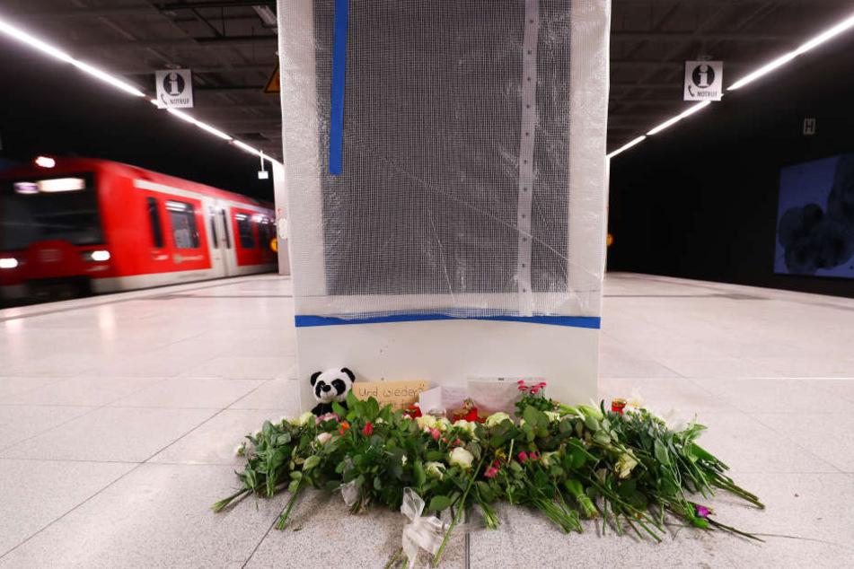 Am Tag nach der schlimmen Tat legten Menschen Blumen, Kuscheltiere und Botschaften am Jungfernstieg nieder.