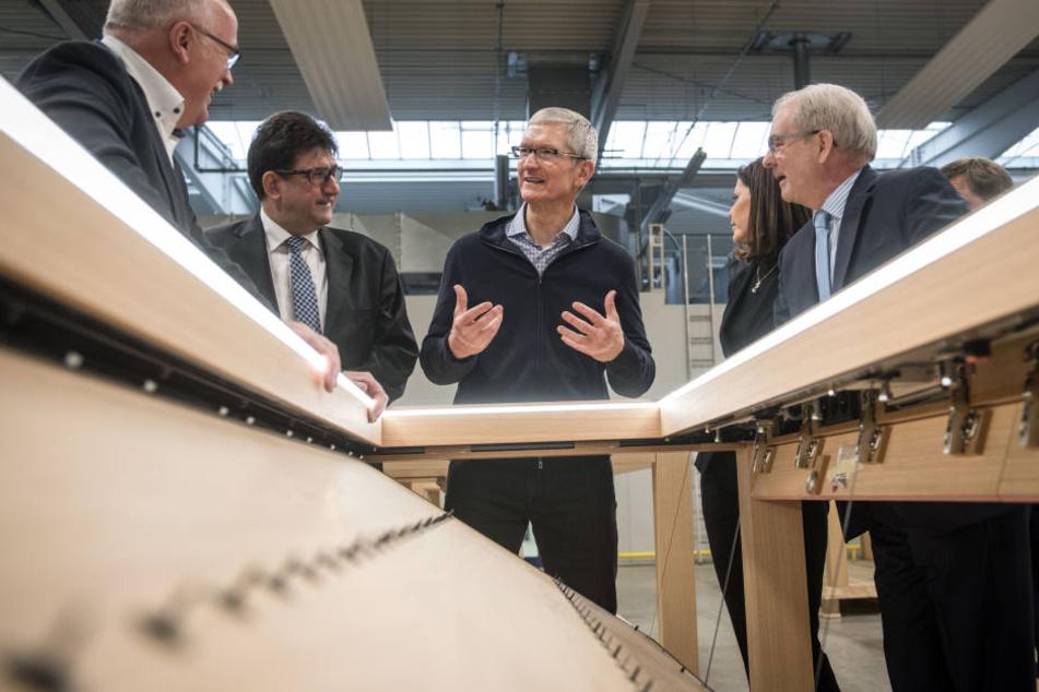 Tim Cook (Mitte) will Apple-Mitarbeiter bestmöglich versorgen