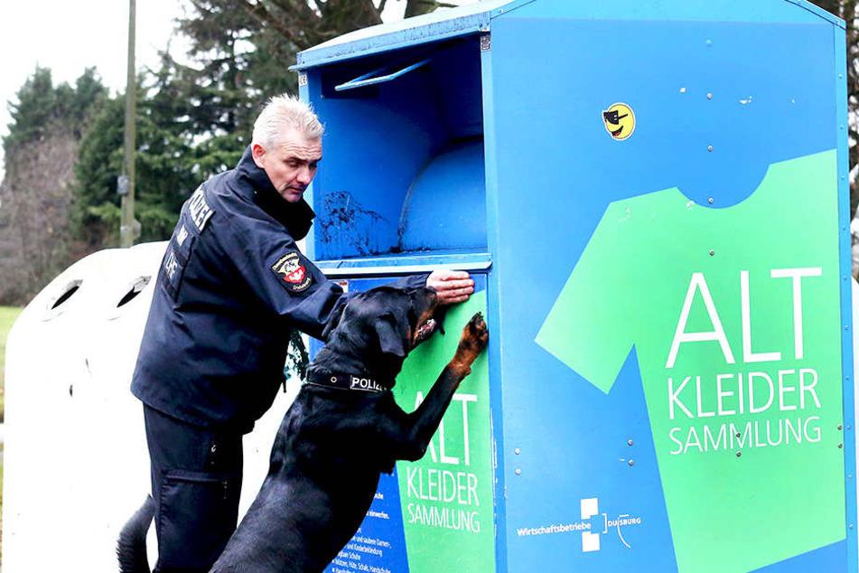 In einem Altkleidercontainer sucht die Polizei nach Spuren.