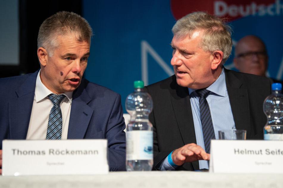Thomas Röckemann (l) und Helmut Seifen, Landesvorsitzende der NRW-AfD, sitzen beim Landesparteitag der nordrhein-westfälischen AfD auf dem Podium.