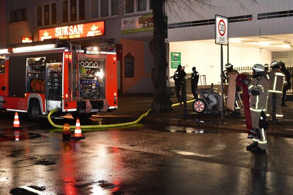Die Feuerwehr bei den Löscharbeiten. In den verwinkelten Räumlichkeiten des Clubs fanden die Rettungskräfte drei Tote.