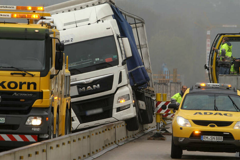 Der Lastwagen war nach ersten Erkenntnissen der Polizei zu schnell und geriet auf die Mittelleitplanke.