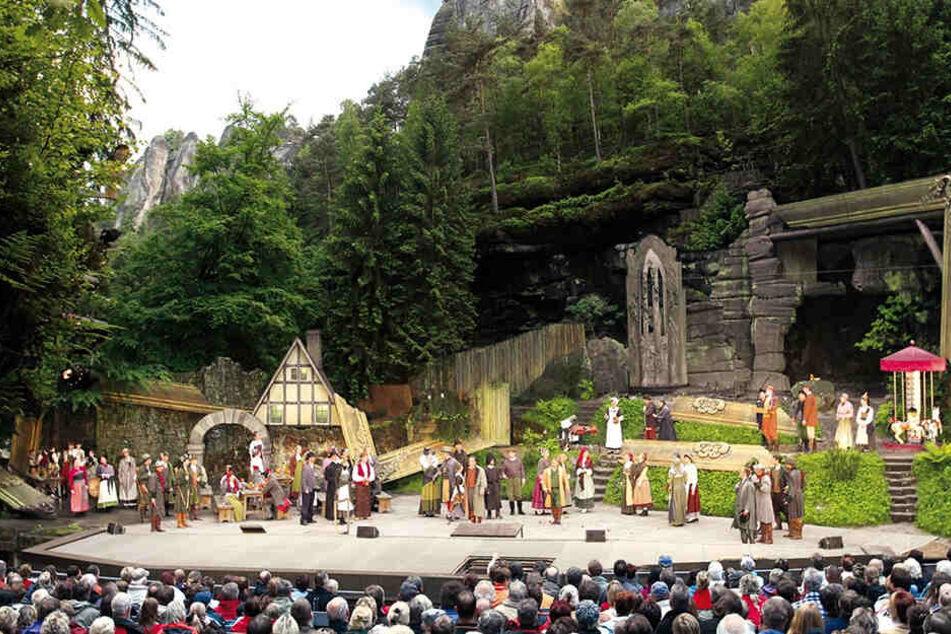Während der Bauarbeiten kann die Bühne nicht bespielt werden. Dafür gibt es ein Theaterzelt am Elbufer.