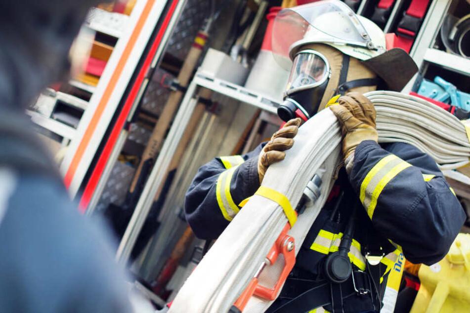 Die Feuerwehr ist um Einsatz, um die Gefahr zu bannen (Symbolbild).