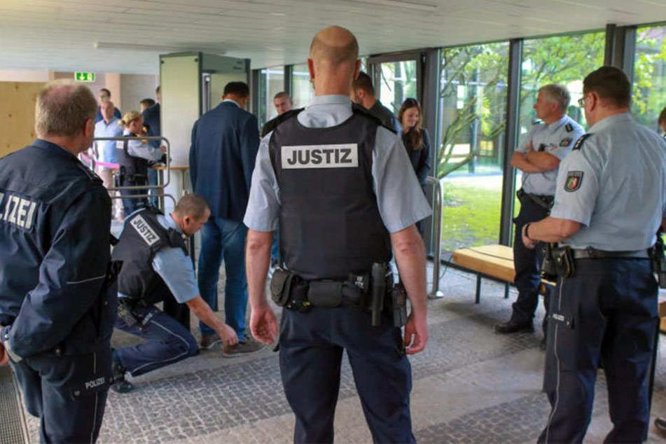Alle Prozessbesucher und Angeklagte wurden vor Prozessbeginn kontrolliert.