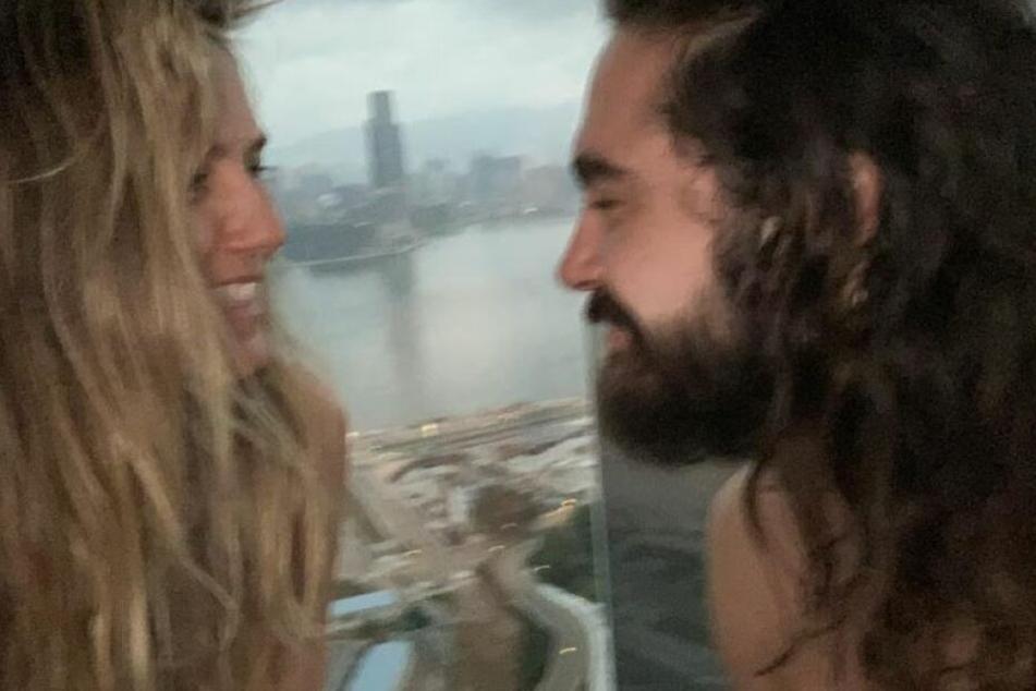 Heidi und Tom posieren oben ohne im Hotel.