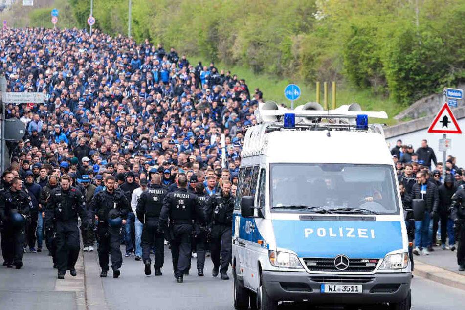 Fans von Waldhof Mannheim werden von der Polizei begleitet .(Archiv)