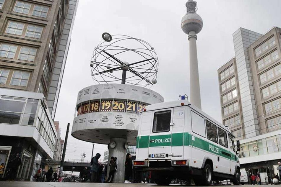 Ein Polizeiauto steht auf dem Alexanderplatz in Berlin.