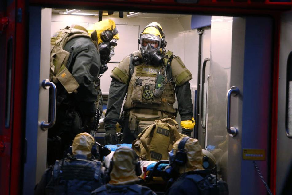 Bei der Durchsuchung des Hauses trugen die Ermittler in Köln Schutzanzüge.