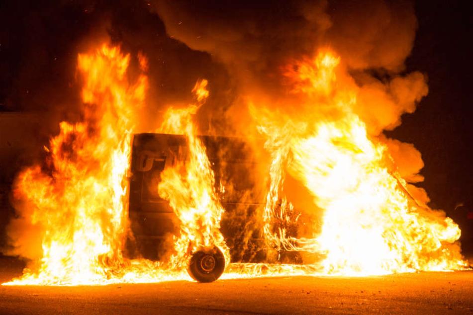 Die beiden Transporter brannten lichterloh.