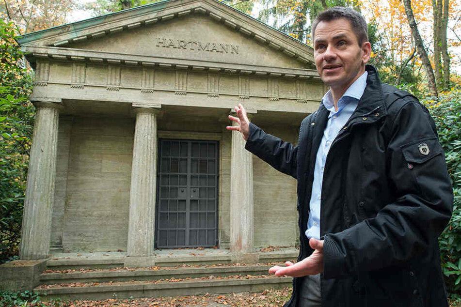 Olaf Ihlefeldt ist stolz auf den Ort: Der in einem Wald gelegene Kirchhof ist ein Schmuckstück historischer Grabmalkunst. Dort befinden sich Gräber berühmter Maler, Schriftsteller, Unternehmer sowie des Berliner Großbürgertums.