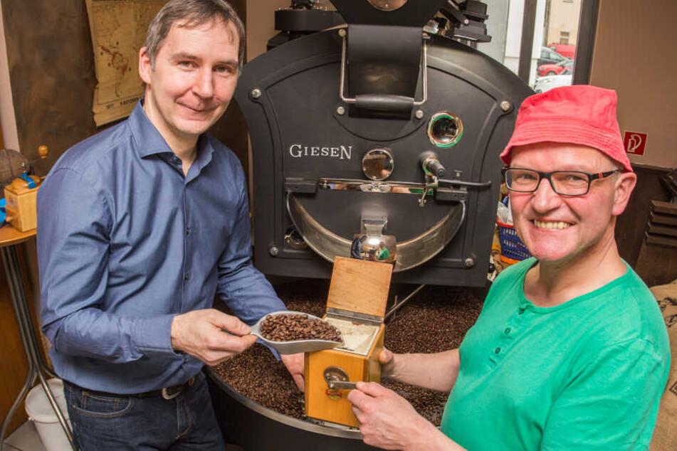 Die Mischung macht's: André Richter aus Zwickau und der Kühnhaider Steffen Konkol (v.l.) haben den Schwarzwassertalkaffee entwickelt.