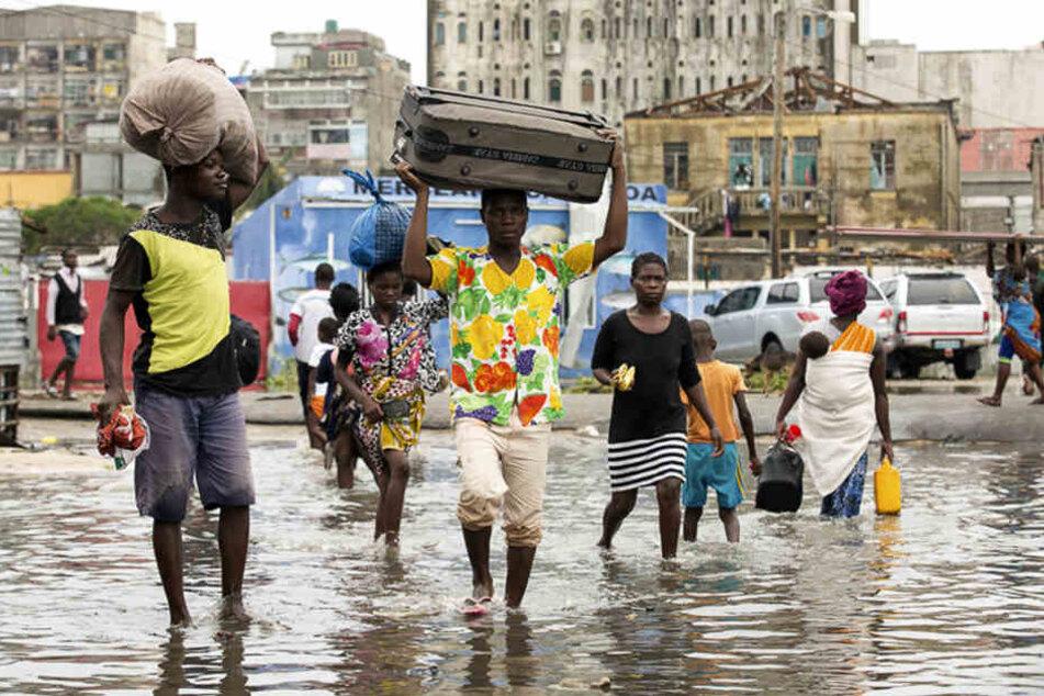 Menschen in den betroffenen Gebieten tragen ihr Hab und Gut davon.
