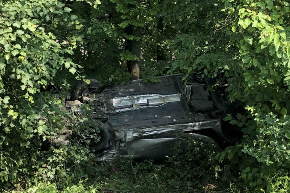 Mehrer Meter tief fiel das Auto der Familie ins Unterholz.