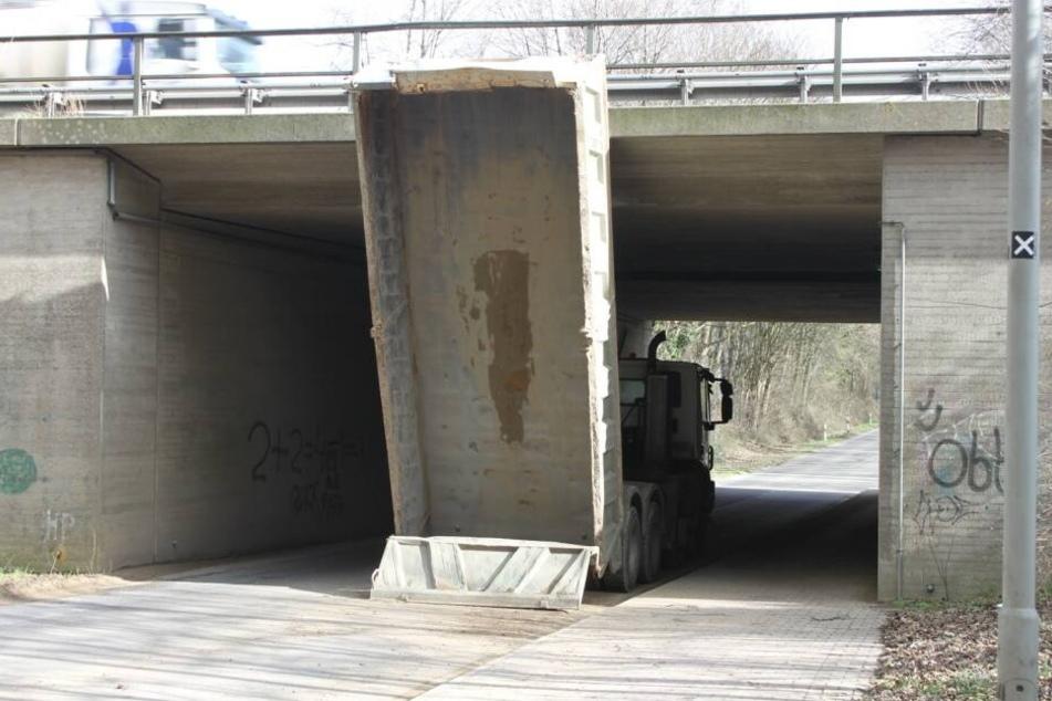Das passte nicht: Der Laster mit aufgerichteter Mulde fuhr voll gegen die Brücke bei Grevenbroich.