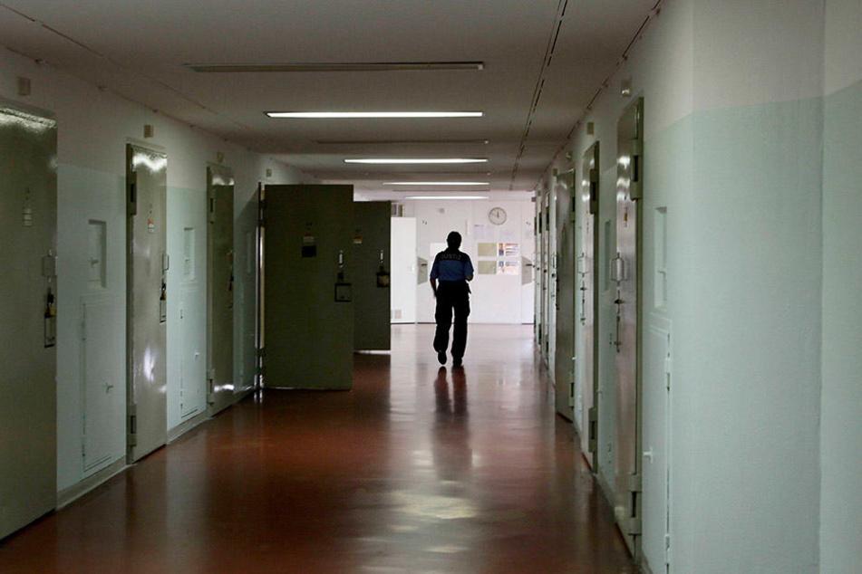 Der Knast hat seine eigenen Regeln. Wer zum Beispiel jemanden ans Personal verrät, muss mit Konsequenzen durch die Mithäftlinge rechnen.