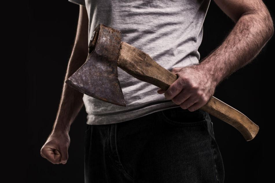 Als der 21-jährige Sohn in den Streit eingriff, griff der Vater zur Axt (Symbolbild).