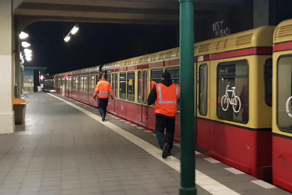 Die beschädigte S-Bahn musste durch einen anderen Zug in den Bahnhof geschoben werden.