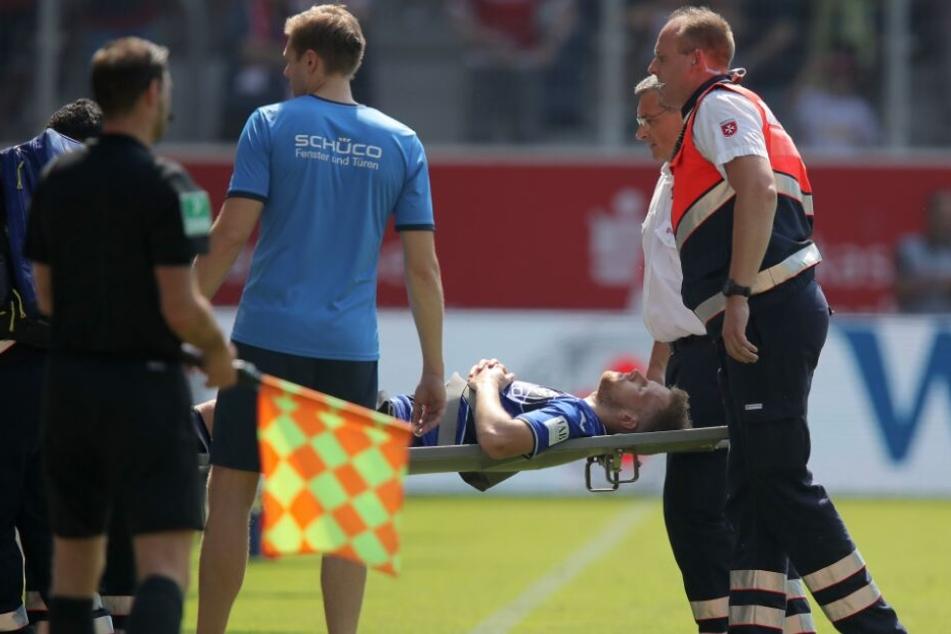 Verletzt musste Brian Behrendt vom Platz getragen werden.