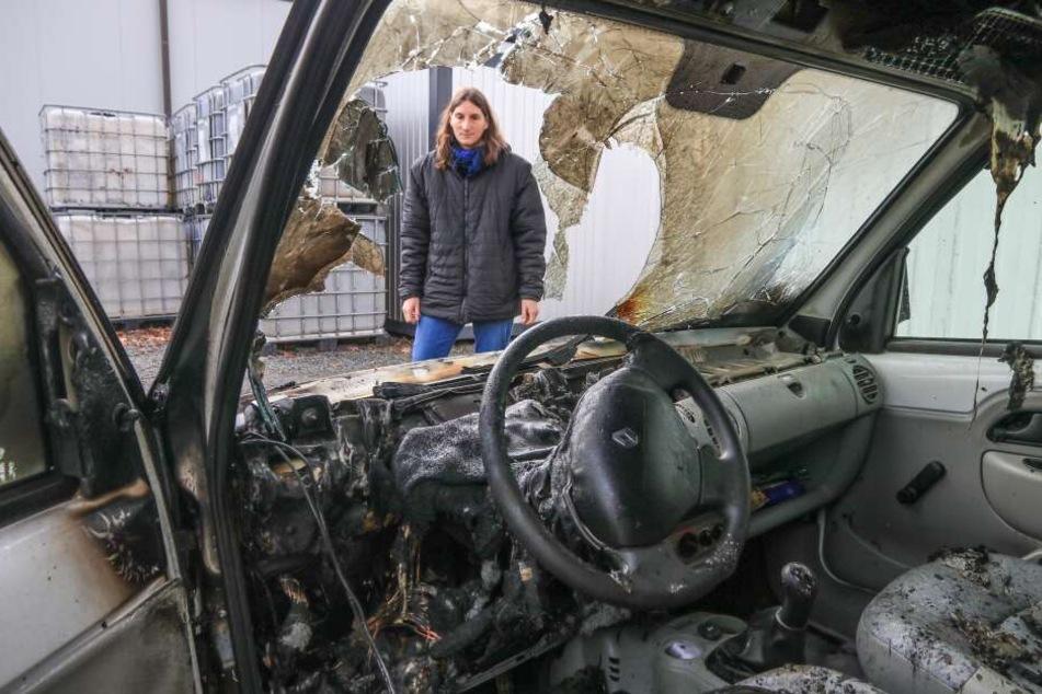 Angelika Enzmann vom Tierheim Kulmbach schaut durch die Fenster ihres ausgebrannten Transporters.