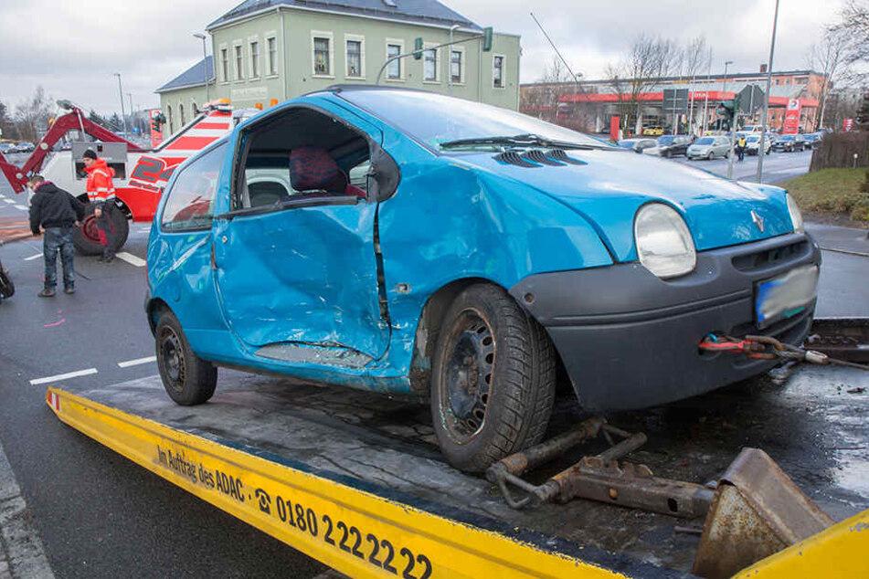 Der Renault wurde auf der Beifahrerseite schwer beschädigt.