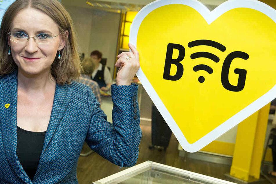Die BVG verändert sich: BVG-Chefin Sigrid Evelyn Nikutta (48) zeigt auf ein Piktogramm, das auf ein freies WLAN am 27.07.2016 im U-Bahnhof Zoologischer Garten in Berlin hinweist.