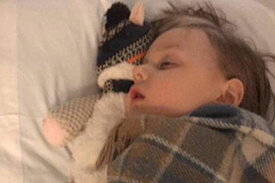 Der Junge erholt sich von seinem Eingriff im Krankenhaus.