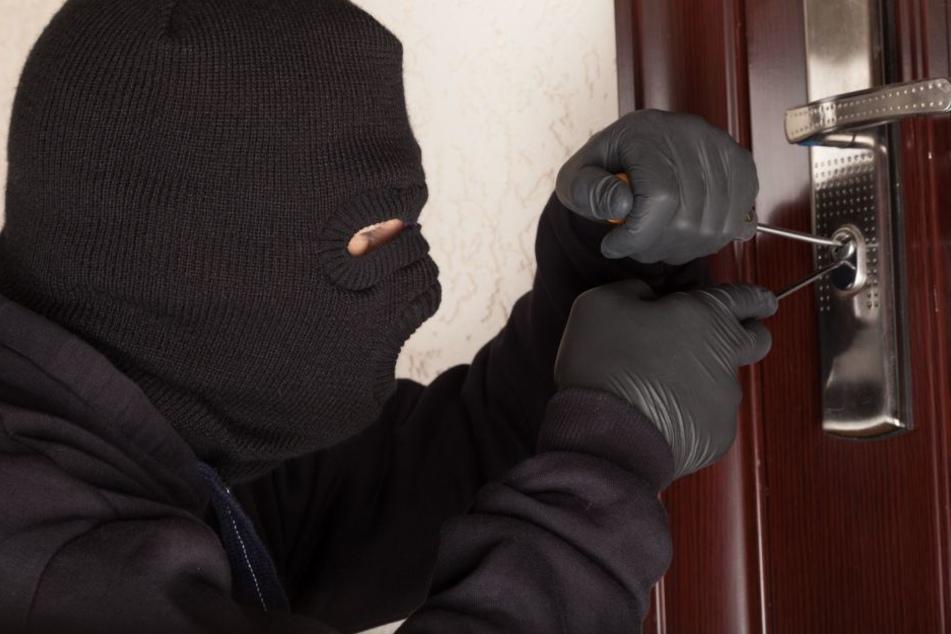 Durch Aufhebeln der Tür gelangen die Täter in die Wohnung.(Symbolbild)