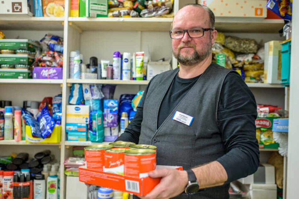 """Die Regale sind voll: Alfred Mucha (52) von der """"Haltestelle"""" in der Annenstraße zeigt die zahlreichen Spenden, hier Suppendosen."""
