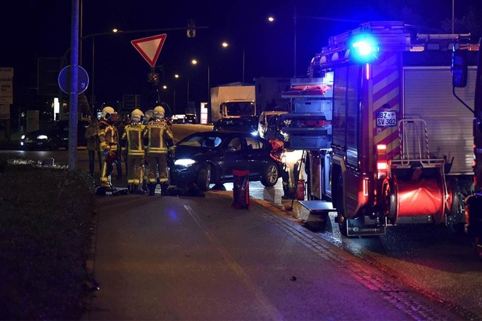BMW kommt von Fahrbahn ab und kracht gegen Ampel