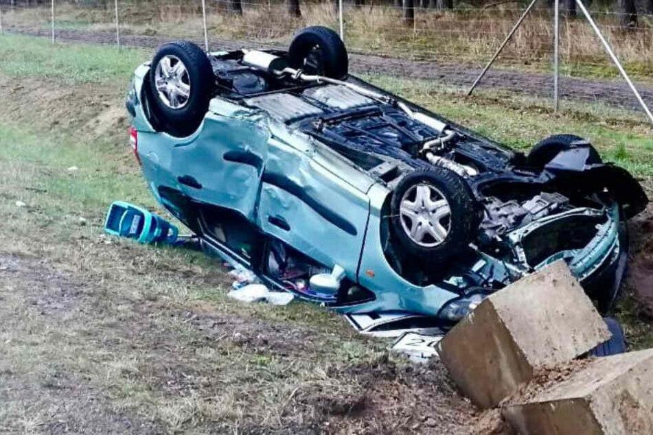 Das Auto überschlug sich und landete im Straßengraben.