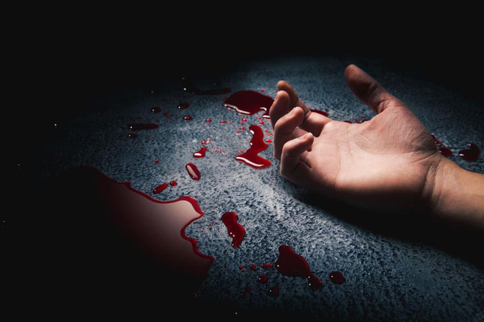 Hinter einer Gaststätte wurde der blutüberströmte Mann gefunden. (Symbolbild)