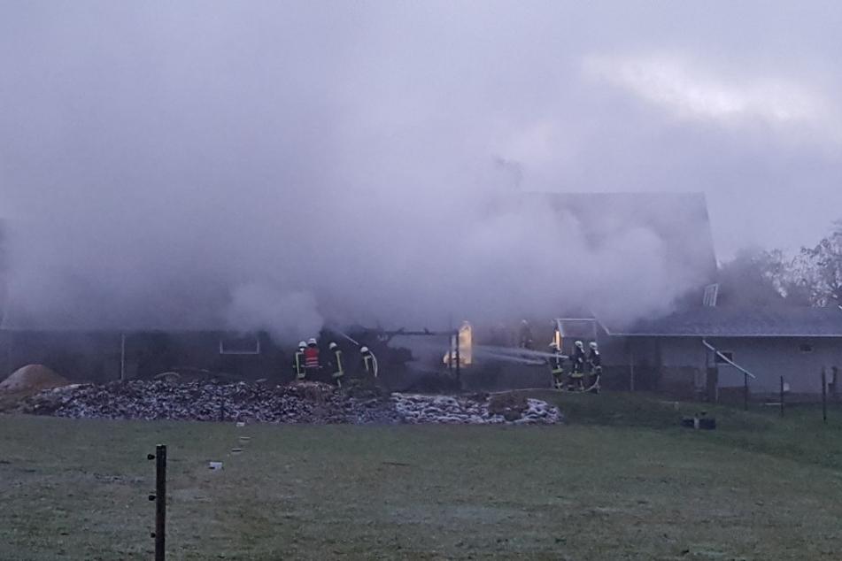 In Ohorn ist die Feuerwehr seit den Morgenstunden am Mittwoch mit den Löscharbeiten an einer Scheune beschäftigt.