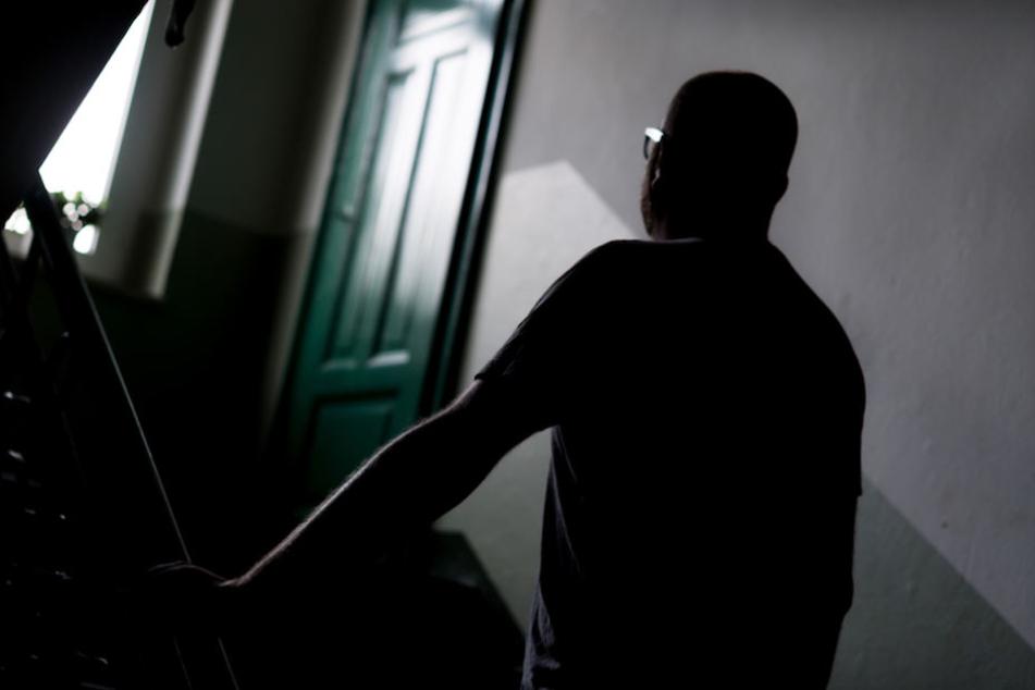 Im Treppenhaus trat der Täter der Frau (61) immer wieder gegen den Kopf. (Symbolbild)