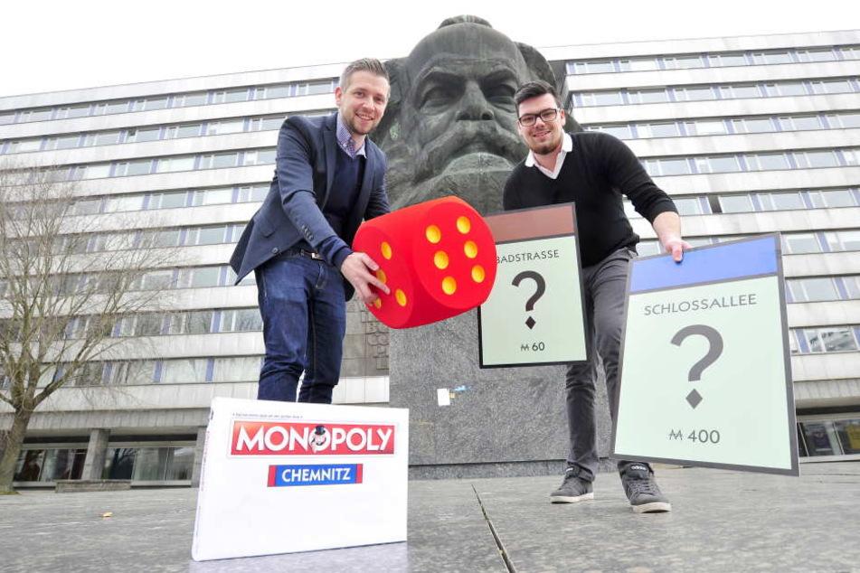 """Florian Freitag (30) und Lukas Lenk (22, gr.F., v.l.) von der Zwickauer Agentur """"Polar1"""" wollen mit der Chemnitz-Edition des Klassikers """"Monopoly"""" punkten."""