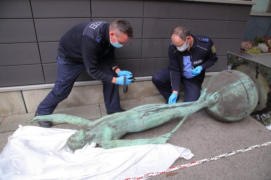 Die Bronze-Statue wurde sorgfältig abmontiert, ist unbeschädigt.