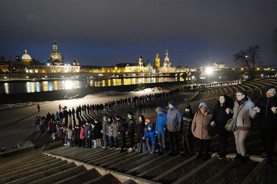 Rund 11.500 Teilnehmer gedachten Hand in Hand: Um 18 Uhr schloss sich die Menschenkette.