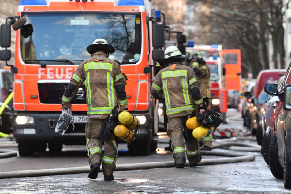 Die Einsatzkräfte konnten verhindern, dass das Feuer auf benachbarte Häuser übergriff. (Symbolbild)