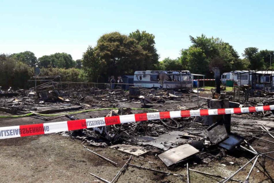 Der Campingplatz gleicht am Brandort einem Trümmerfeld.