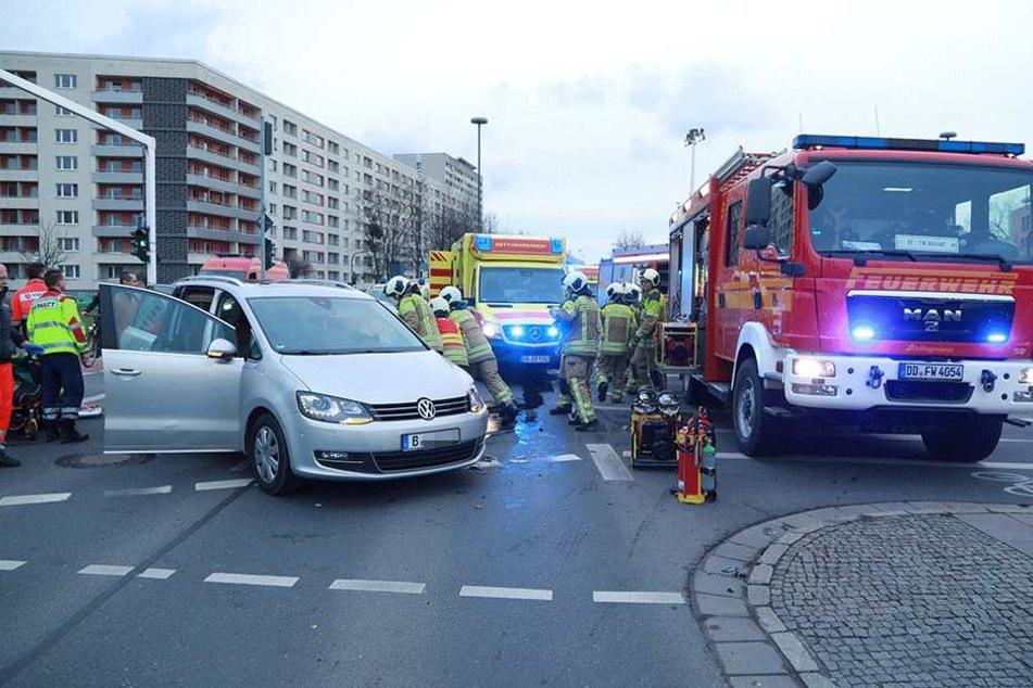 Die Frau wird aus dem VW mit Berliner Kennzeichen befreit.