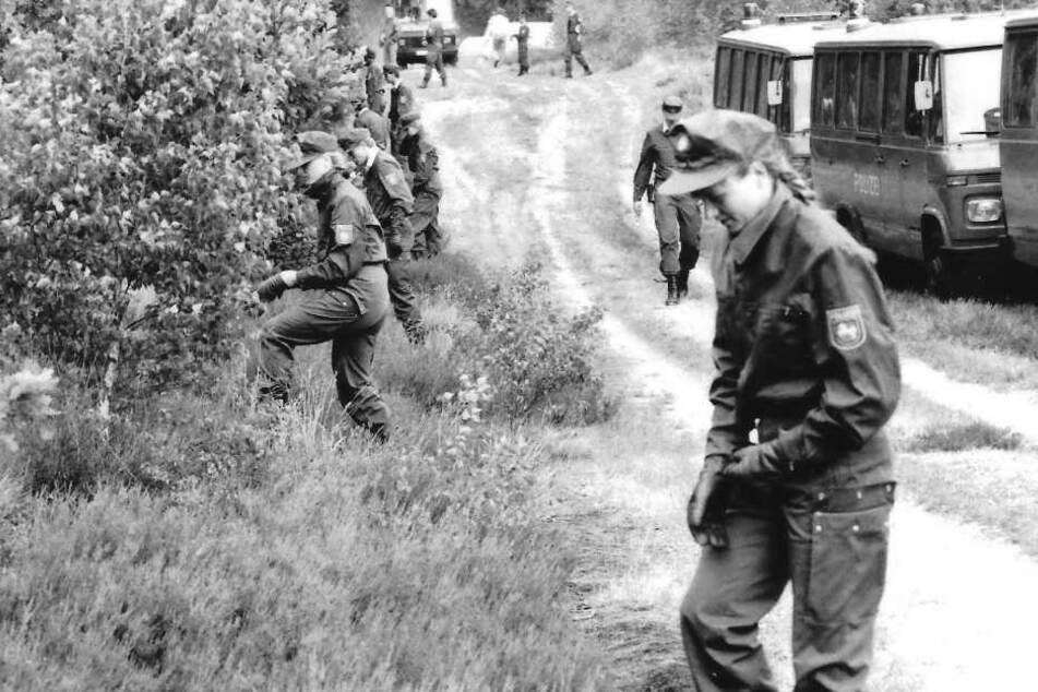 Auf der Suche nach dem Göhrde-Mörder durchkämmen Polizisten im Jahr 1989 einen Wald (Archivbild).