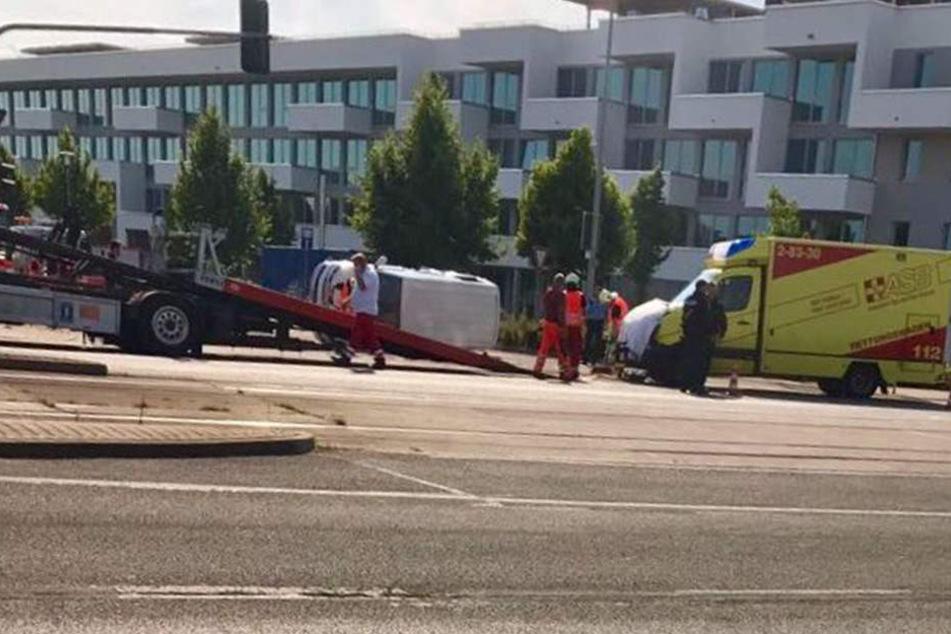 Der Rettungswagen stieß mit dem Kleintransporter während einer Einsatzfahrt zusammen.