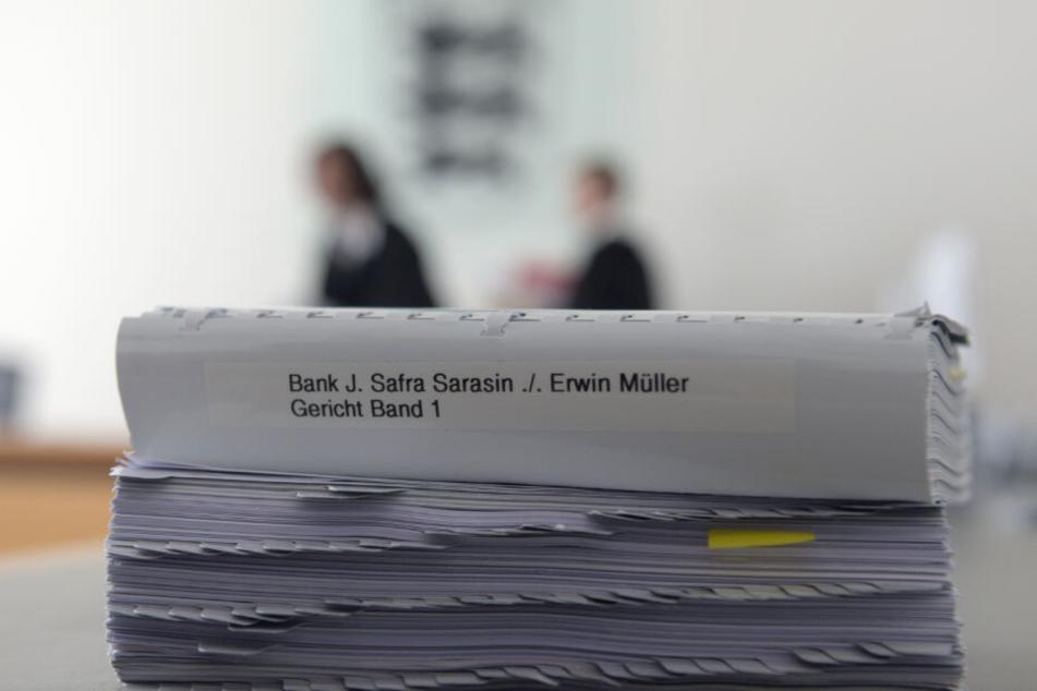 Prozessakten liegen im Landgericht Ulm im April 2017 auf einem Tisch.