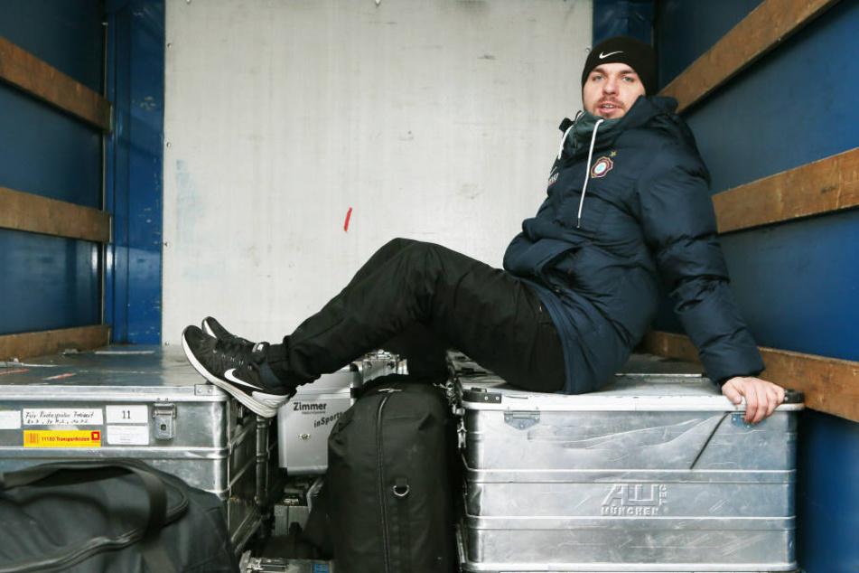 Kurze Pause! FCE-Teambetreuer Tommy Käßemodel hat es sich auf seiner wertvollen Fracht gemütlich gemacht.